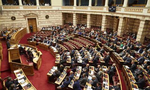 Βουλή: Υπερψηφίστηκε το νομοσχέδιο για το άσυλο