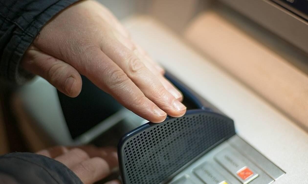 Τράπεζες: Στον «πάγο» οι αυξήσεις στις προμήθειες των συναλλαγών