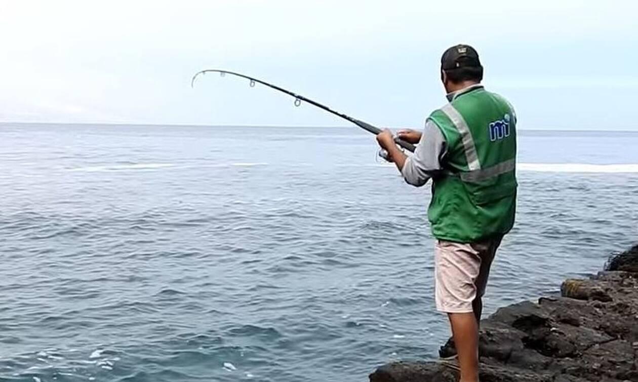 Πήγε για ψάρεμα, δόλωσε καραβίδες και άρχισε να τραβάει... ψαρούκλες (video)