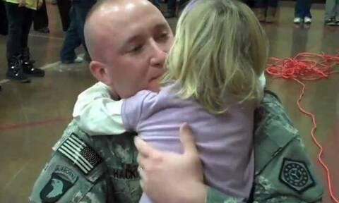 Βετεράνος γυρίζει από τον πόλεμο και πάει στο σχολείο της κόρης του-Η αντίδρασή της «σπάει» καρδιές