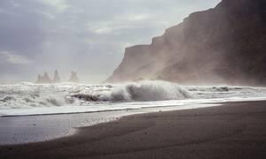 Τρόμος σε παραλία: Ούρλιαζαν με αυτό που ξέβρασε η θάλασσα (pics)