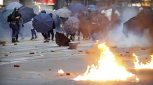Χάος ξανά στους δρόμους του Χονγκ Κονγκ: Μολότοφ, τούβλα και δακρυγόνα (pics+vids)