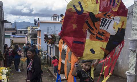 Γουατεμάλα: Πολύχρωμοι χαρταετοί «σκέπασαν» τον ουρανό του Σαντιάγο για την «Ημέρα των Νεκρών»