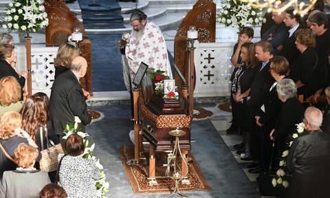 Τελευταίο χειροκρότημα για τον Γιάννη Σπανό:Ράγισαν καρδιές στην κηδεία του σπουδαίου μουσικοσυνθέτη