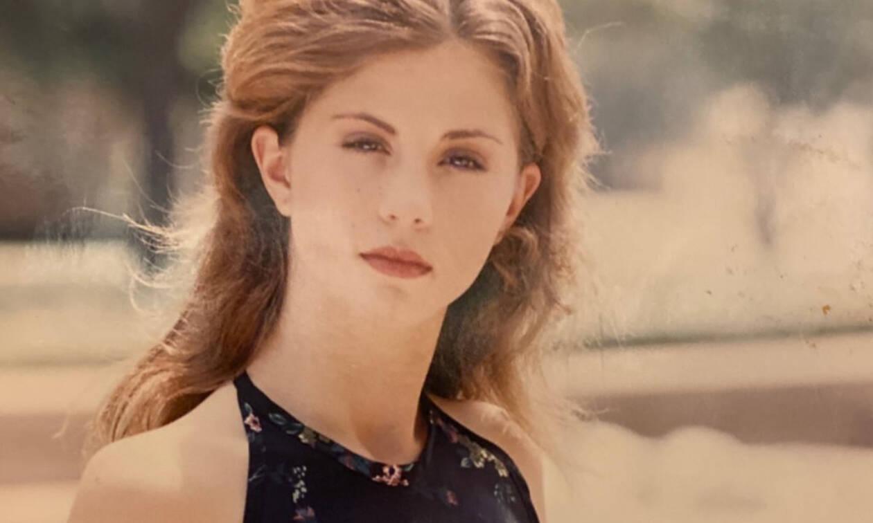 Η καλλονή της φωτογραφίας είναι μαμά μίας πασίγνωστης τραγουδίστριας και ηθοποιού