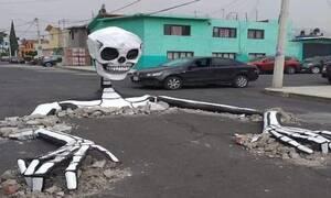 Ένας πελώριος σκελετός αναδύεται στο μέσον ενός δρόμου, για τη Μέρα των Νεκρών στο Μεξικό