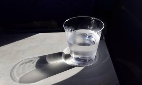 Πίνετε νερό από ποτήρι που έχετε δίπλα σας την νύχτα; Σταματήστε αμέσως! (pics)