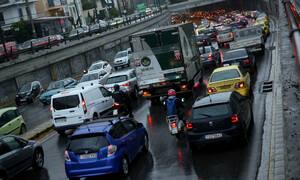 Κίνηση στους δρόμους: Η βροχή έφερε το χάος στην Αθήνα - Πού θα βρείτε μποτιλιάρισμα