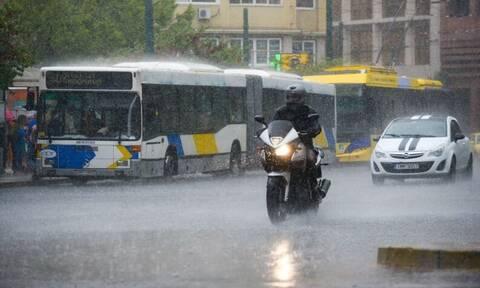 Καιρός ΤΩΡΑ: Σφοδρή καταιγίδα «χτυπά» την Αττική