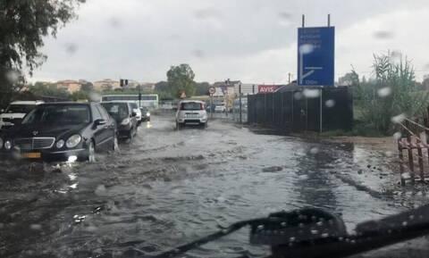 Καιρός ΤΩΡΑ: Πλημμύρες στην Κέρκυρα - Ποτάμια οι δρόμοι κοντά στο αεροδρόμιο