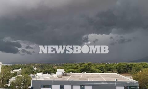 Καιρός ΤΩΡΑ: «Μαύρισε» ο ουρανός - «Κυκλώνει» την Αττική η κακοκαιρία - Προσοχή τις επόμενες ώρες
