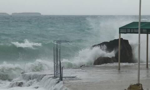 Καιρός ΤΩΡΑ: «Αγριεμένος» ο αέρας στην Κεφαλονιά - Εντυπωσιακά κύματα στο Αργοστόλι