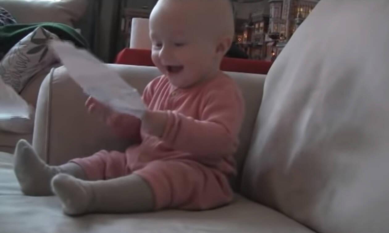 Μωρό ξεκαρδίζεται στα γέλια και δεν φαντάζεστε γιατί (vid)