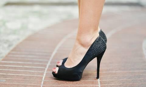 Προδόθηκε από το περπάτημα – Δεν φαντάζεστε τι είχε βάλει στα παπούτσια της (pics)