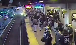 Βίντεο που κόβει την ανάσα: Τον έσωσε πριν τον πατήσει το τρένο!