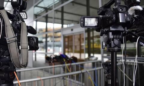 Απρόοπτο για Έλληνα δημοσιογράφο την ώρα του ρεπορτάζ – Τι έπαθε; (pics)