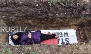 Πανεπιστήμιο βάζει τους φοιτητές σε... τάφους - Ποιος ο λόγος;