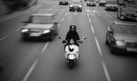 Σοκαριστικό βίντεο: Μοτοσικλετιστής προσπέρασε φορτηγό και παρασύρθηκε από ένα δεύτερο
