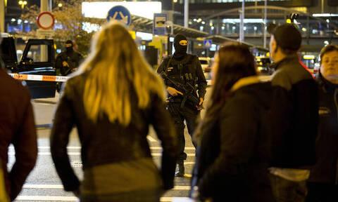 «Λάθος» συναγερμός στο Άμστερνταμ: Σώοι αποβιβάστηκαν οι επιβάτες από το αεροσκάφος-Τι λένε οι Αρχές