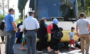 Λάρισα: Κάτοικοι έστησαν «μπλόκο» σε πούλμαν με ασυνόδευτα προσφυγόπουλα (pics)