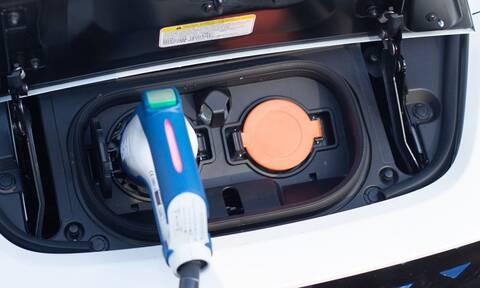 Κίνητρα αγοράς μόνο για τα εξηλεκτρισμένα αυτοκίνητα χαμηλών εκπομπών διευκρινίζει ο ΣΕΑΑ