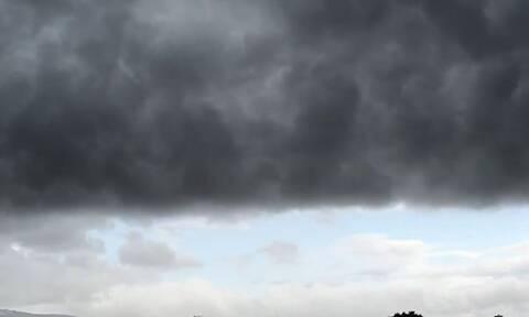 Καιρός: Δείτε το τρομερό Self Cloud που σκέπασε την Αθήνα κάνοντας τη μέρα... νύχτα (video)