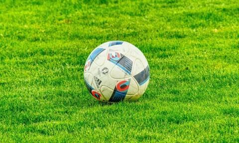 Χαμός σε ποδοσφαιρικό αγώνα: Ποδοσφαιριστής σκότωσε κοτόπουλο - Δείτε την απίστευτη στιγμή (pics)