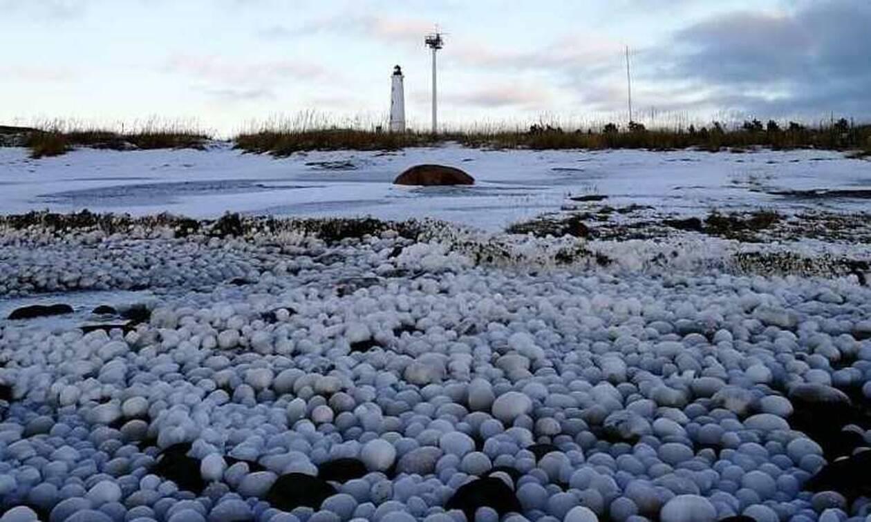 Παραλία στην Φινλανδία γέμισε με… μπάλες πάγου - Εντυπωσιακές εικόνες (pics)