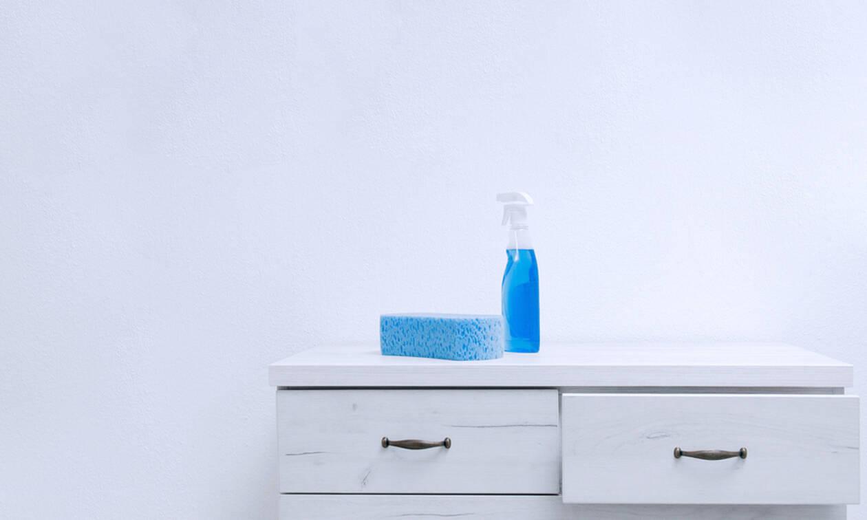 Απίστευτο! Αυτός ο τρόπος για να καθαρίσετε τον τοίχο από τις βρωμιές θα σας εκπλήξει (vid)