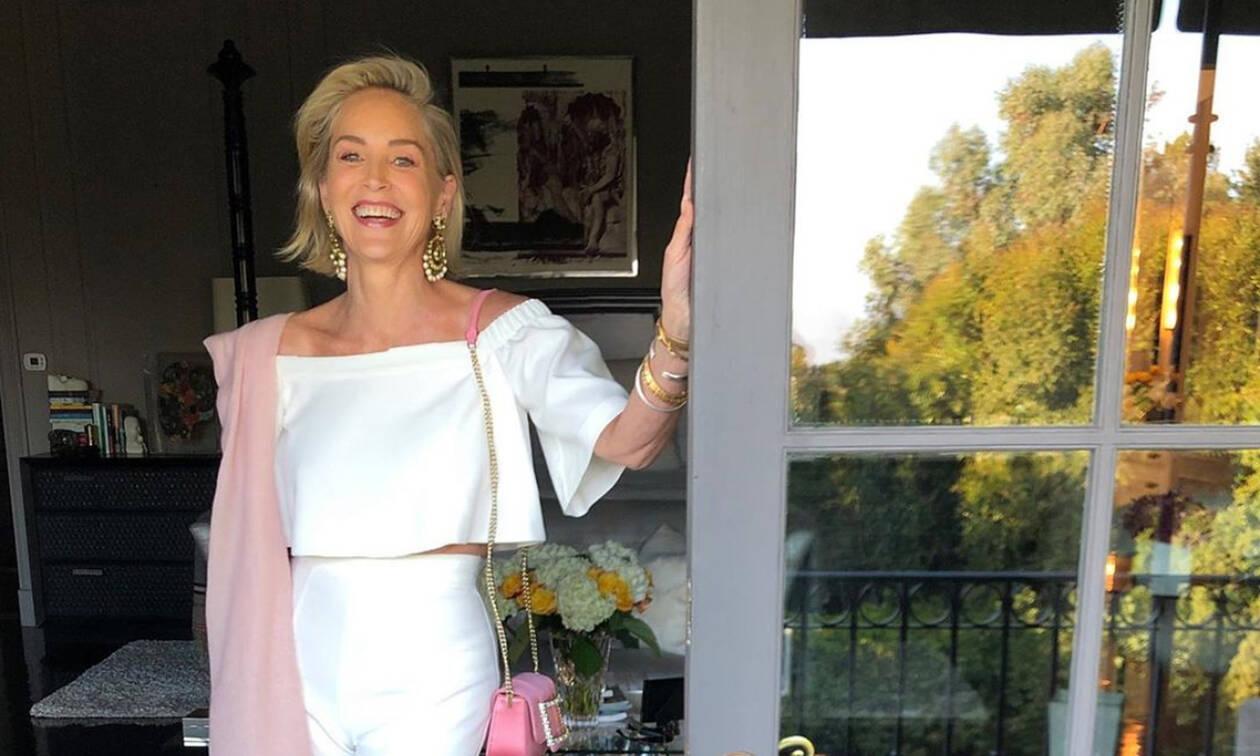 Πάρε βαθιά ανάσα και δες την… 61χρονη Sharon Stone με κοντό εφαρμοστό φόρεμα και σέξι ντεκολτέ