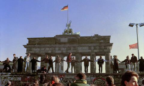 30η επέτειος από την πτώση του Τείχους του Βερολίνου: Η νύχτα που άλλαξε τον «κόσμο» (pics+vid)