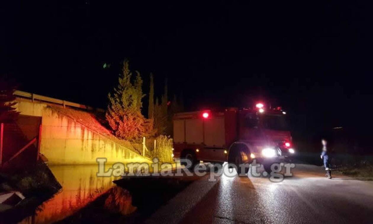 Απίστευτες εικόνες στη Λαμία: Αυτοκίνητο εγκλωβίστηκε κάτω από γέφυρα