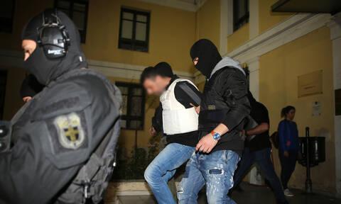 Επαναστατική Αυτοάμυνα: Ποινική δίωξη για 3 κακουργήματα και 5 πλημμελήματα στους συλληφθέντες