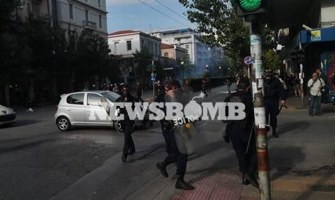 Επεισόδια στο κέντρο της Αθήνας: Ένταση, πετροπόλεμος και χημικά έξω από την ΑΣΟΕΕ (pics&vids)