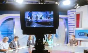 Χαμός στην ΕΡΤ: Πασίγνωστη παρουσιάστρια μαλλιοτραβήχτηκε για τα μάτια παντρεμένου καμεραμάν