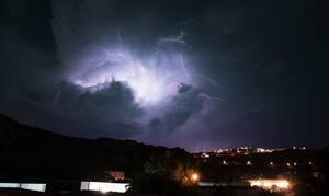 Καιρός: Η «Βικτώρια» στροβιλίζεται πάνω από την Ελλάδα – Προσοχή! Έντονα φαινόμενα την Τρίτη (12/11)