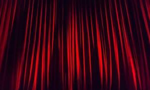 Τρόμος σε θεατρική παράσταση: Μαχαίρωσε και τραυμάτισε τρεις ηθοποιούς επί σκηνής (vid)