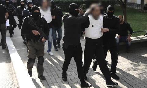 Στον ανακριτή οι τρομοκράτες - Αυτές είναι οι κατηγορίες που αντιμετωπίζουν (pics)
