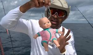 Είναι τρελός! Δολώνει πλαστική κούκλα και τη ρίχνει στη θάλασσα! Δείτε τι πιάνει... (Video)