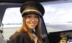 Η πρώτη γυναίκα δημοσιογράφος σε προσομοιωτή Falcon F16 στην Ελλάδα