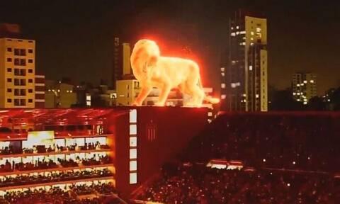 Απίστευτο: Εγκαινίασαν το ανακατασκευασμένο τους γήπεδο με φλεγόμενο λιοντάρι – υπερπαραγωγή (video)