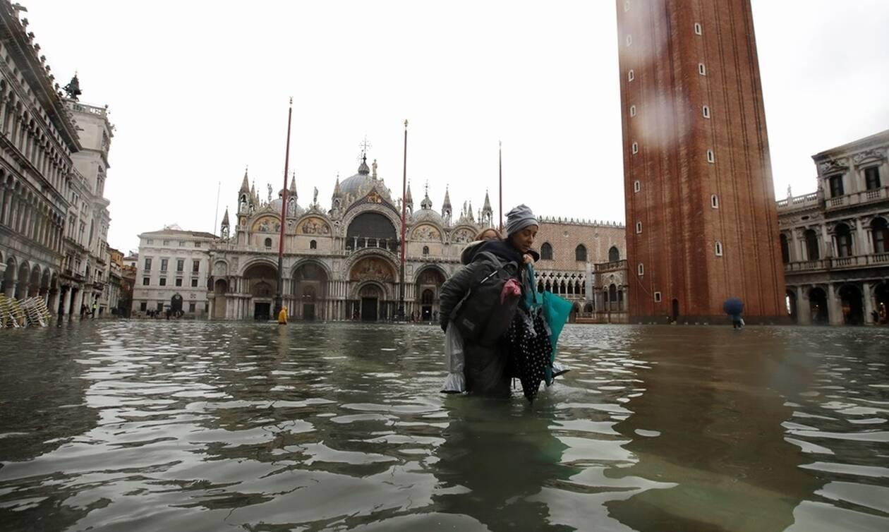 Κακοκαιρία στην Ιταλία: «Πνίγηκε» η Βενετία - Ανεμοστρόβιλος ξήλωσε στέγες σπιτιών (pics+vids)