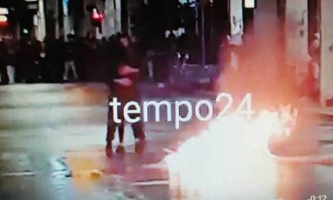 Πάτρα: Χόρεψαν ταγκό δίπλα σε φλεγόμενο κάδο - Το περιστατικό που σημάδεψε την πορεία