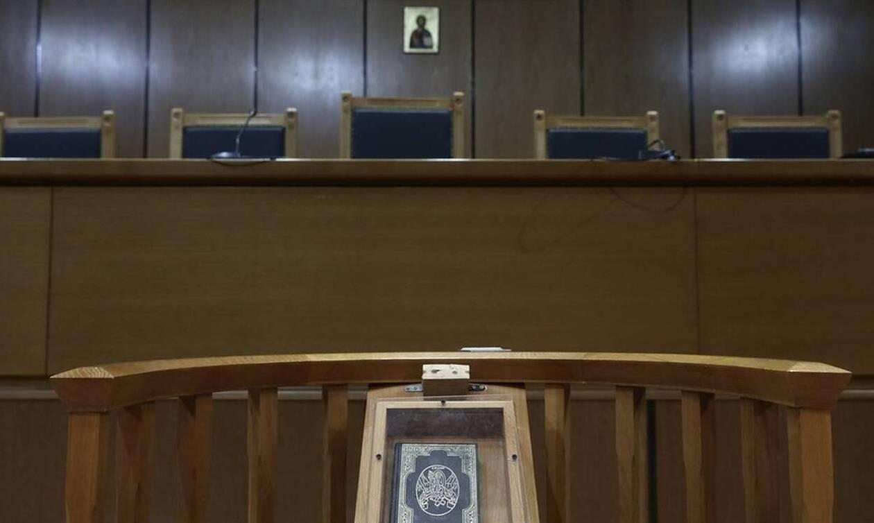 Φθιώτιδα: Βαριά «καμπάνα» στη 48χρονη νηπιαγωγό που «έφαγε» 50.000€ από τον κουμπάρο