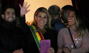 Βολιβία: H γερουσιάστρια της αντιπολίτευσης Τζανίνε Άνιες αυτοανακηρύχθηκε πρόεδρος της χώρας
