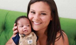 Δεν μπορούσε να μεγαλώσει το πρόωρο μωρό της και τη λύση έδωσε μια νοσοκόμα (vid)