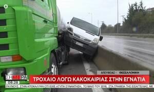 Απίστευτο τροχαίο: Αυτοκίνητο «σφηνώθηκε» ανάμεσα σε βυτιοφόρο και το διαχωριστικό του δρόμου