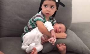 Αγκαλιάζει τον αδερφό του για πρώτη φορά - Δείτε τι κάνει! (vid)