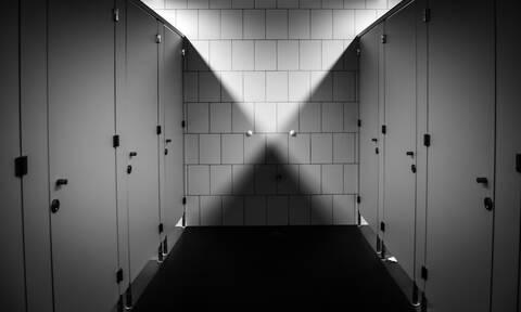 Γιατί οι πόρτες στις δημόσιες τουαλέτες δεν φτάνουν μέχρι το πάτωμα; (video)