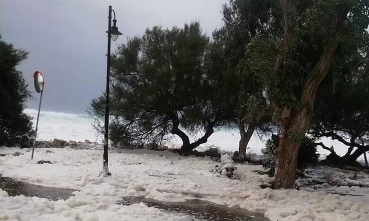 Κακοκαιρία: Απίστευτες εικόνες στην Κέρκυρα – Στα… «λευκά» η παραλία των Οθωνών